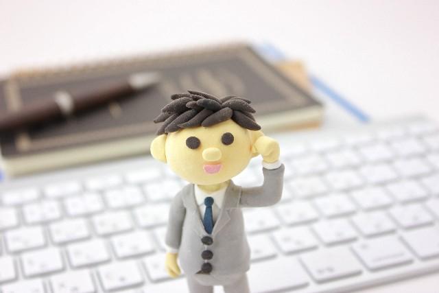 パソコンの前に立つやる気のあるサラリーマン